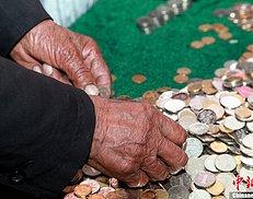 感动! 江苏磨刀老人将两年所攒两千硬币捐给地震灾区(图)