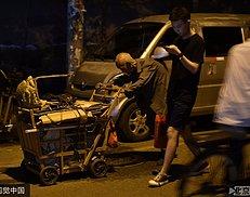 107岁老人大学门口卖鞋垫 每天摆摊5个小时 有人买完再悄悄放回(8图)