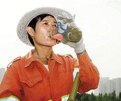 每天清扫街头的环卫工人 向你们道声谢谢(5图)