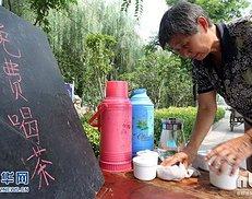 河南许昌老人开免费茶摊儿供人消暑 义务服务获全家支持(组图)