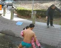 绍兴小伙穿裤衩赤身跳进冰冷水池勇救女童 腿伤进水发炎(5图)