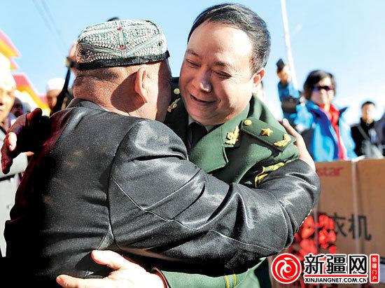 阿合买提和庄仕华右一紧紧拥抱在一起。记者陈星宇摄