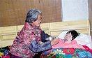 75岁婆婆悉心照顾瘫痪在床儿媳5年 有你在,这个家才是完整的(2图)