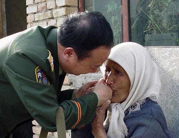 维吾尔族大娘用民族最高的礼节感谢庄仕华