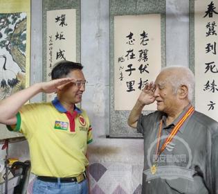 """西安新闻网:全国第八届""""帮好人万里行""""来西安 为老兵献上""""祖国卫士""""勋章(3图)"""