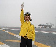 """航母上的""""明珠""""——记辽宁舰女士官长、首位舰载机女引导员张明珠(2图)"""