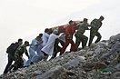 汶川地震13年丨 13张图回望那些逆行的军人身影(组图)