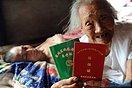 百岁老妪照料瘫痪儿子19年 演绎伟大母爱(6图)