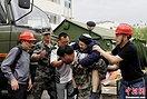 雅安地震:人性在灾难中发光 善举倍感温情(图)